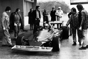 Nikki Lauda tests the Ferrari 312T for the first time as Clay Regazzoni, Mauro Forghieri, Enzo Ferrari and Ermanno Cupghi look on