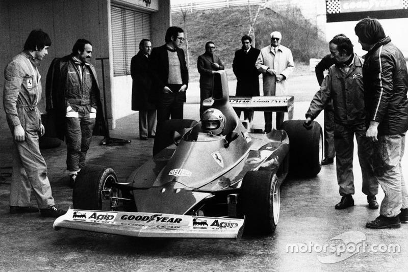 Nikki Lauda prueba el Ferrari 312T ante Clay Regazzoni, Mauro Forghieri, Enzo Ferrari y Ermanno Cupghi.