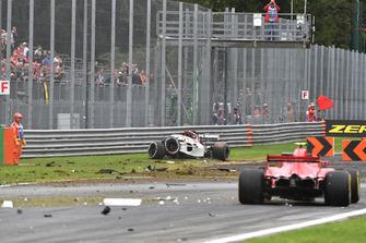 Маршалы и разбитый автомобиль Alfa Romeo Sauber C37 Маркуса Эрикссона