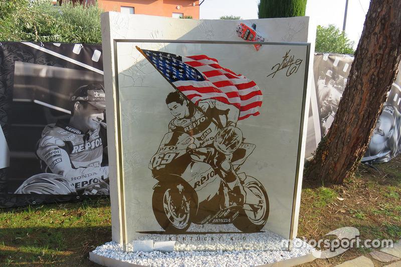 Visita al giardino alla memoria di Nicky Hayden, realizzato nei pressi del luogo del suo fatale incidente in bicicletta