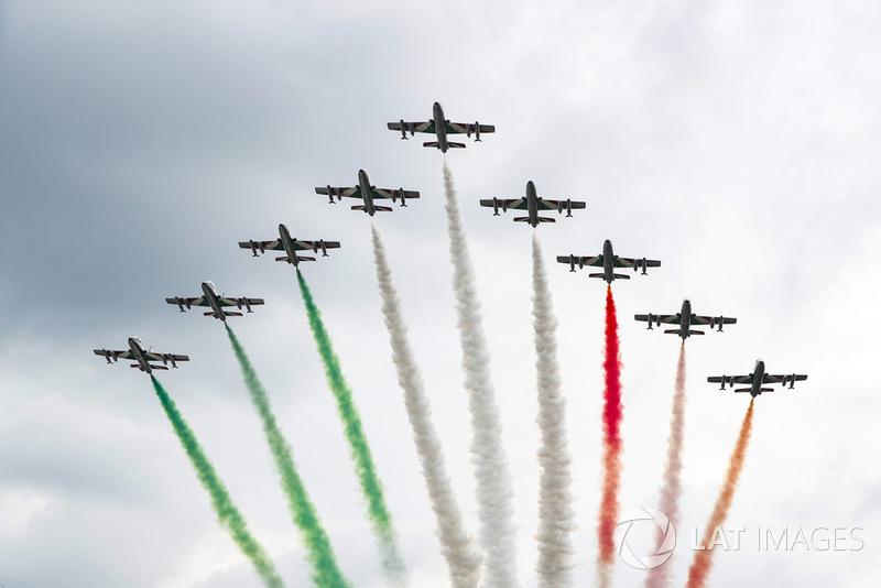 El equipo de acrobacias aéreas de la Fuerza Aérea Italiana, Frecce Tricolori, se exhibe para la multitud en su avión Aermacchi MB339A