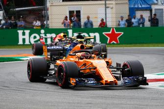 Stoffel Vandoorne, McLaren MCL33, leads Nico Hulkenberg, Renault Sport F1 Team R.S. 18, and Daniel Ricciardo, Red Bull Racing RB14