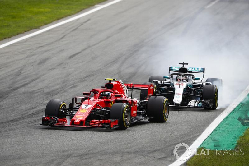 Kimi Raikkonen, Ferrari SF71H, lidera Lewis Hamilton, Mercedes AMG F1 W09, ambos bloquean