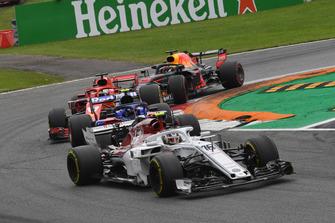 Charles Leclerc, Sauber C37, Pierre Gasly, Scuderia Toro Rosso STR13, Sebastian Vettel, Ferrari SF71H and Daniel Ricciardo, Red Bull Racing RB14 battle