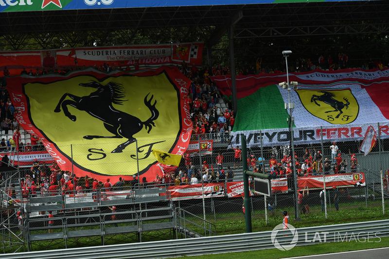 Ferrari, aficionados con banderas