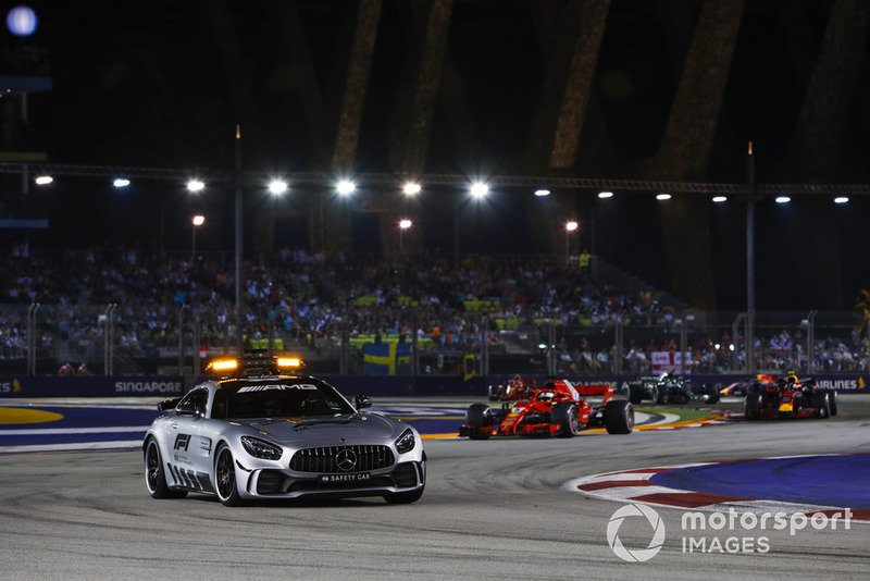 La Safety Car precede Lewis Hamilton, Mercedes AMG F1 W09 EQ Power+, Sebastian Vettel, Ferrari SF71H, Max Verstappen, Red Bull Racing RB14, Valtteri Bottas, Mercedes AMG F1 W09 EQ Power+, e il resto del gruppo