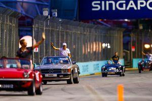 Esteban Ocon, Racing Point Force India, saluta da una Mercedes SL, durante la drivers parade