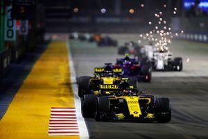 Carlos Sainz Jr., Renault Sport F1 Team R.S. 18, devant Nico Hulkenberg, Renault Sport F1 Team R.S. 18, Brendon Hartley, Toro Rosso STR13 Honda, et Marcus Ericsson, Alfa Romeo Sauber C37