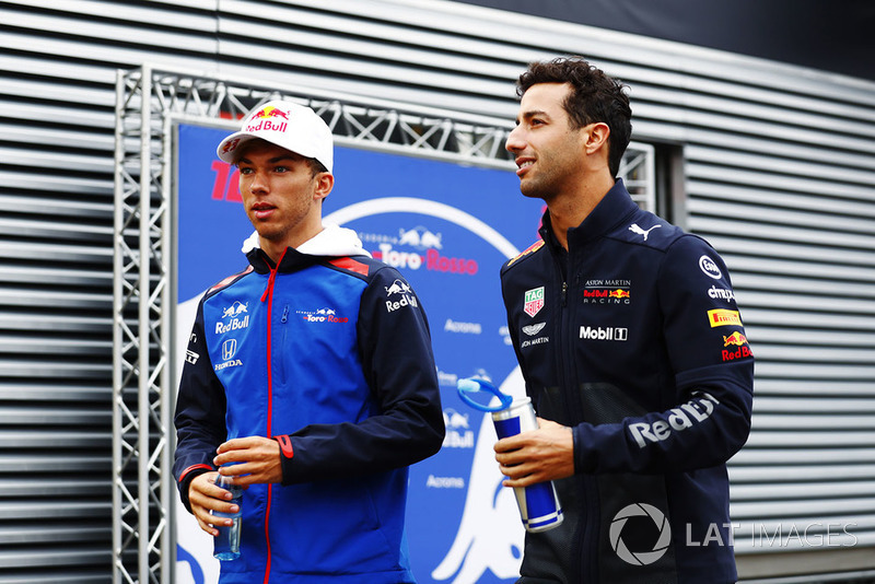 Daniel Ricciardo, Red Bull Racing RB14, and Pierre Gasly, Toro Rosso STR13