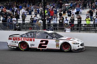 Il vincitore Brad Keselowski, Team Penske, Ford Fusion Discount Tire
