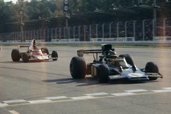 Ронни Петерсон, Lotus 72E Ford, и Эмерсон Фиттипальди, McLaren M23 Ford