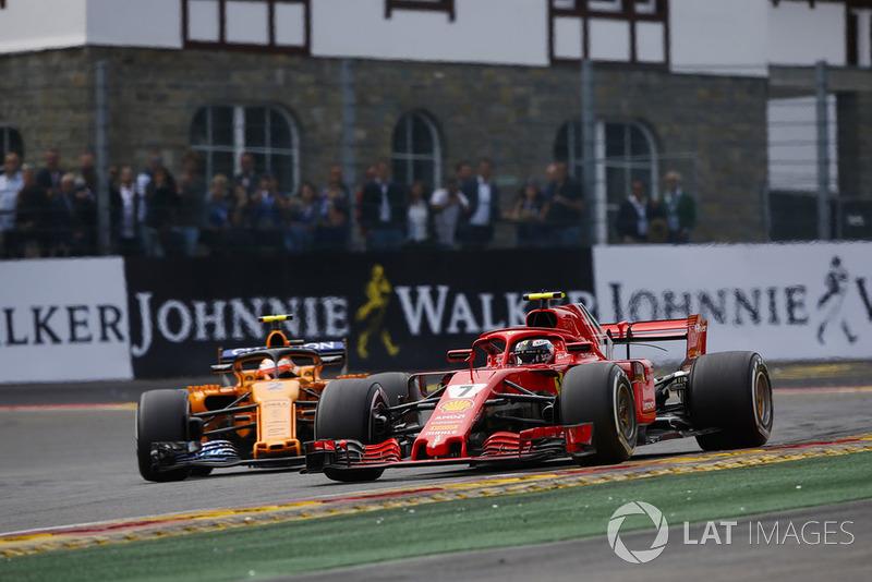 Kimi Raikkonen, Ferrari SF71H, y Stoffel Vandoorne, McLaren MCL33