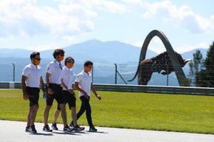 Lando Norris, McLaren, cammina sulla pista con dei colleghi