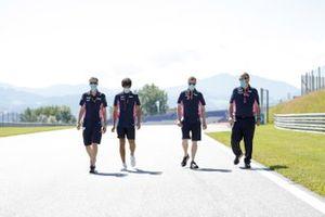 Лэнс Стролл обходит трассу вместе с инженерами Racing Point