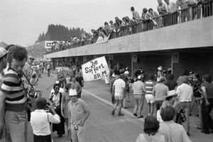 Fans in the pit lane with a Jo Siffert banner