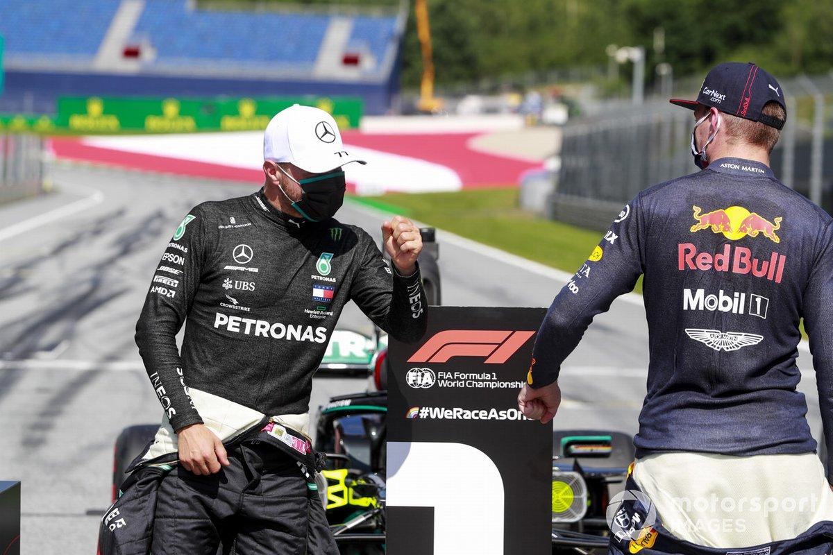 Ganador de la pole Valtteri Bottas, Mercedes-AMG Petronas F1, Max Verstappen, Red Bull Racing, en la parrilla después de la calificación