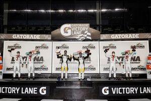 Победители зачета GTLM Corvette Racing Антонио Гарсия и Джордан Тейлор, ставшие вторыми Porsche GT Team Лоуренс Вантор и Эрл Бамбер, а также обладатели третьего места Porsche GT Team Porsche Ник Тэнди и Фредерик Маковьеки
