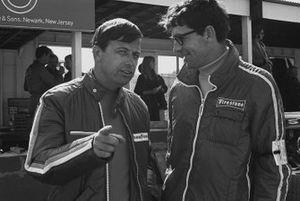 El director de carreras de Goodyear, Leo Mehl, conversando con un representante de Firestone en el paddock