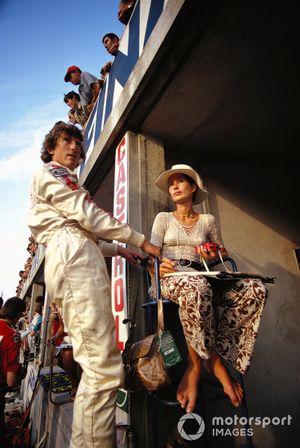 Jochen Rindt en los pits con su esposa Nina