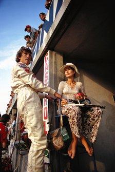 Jochen Rindt dans les stands avec sa femme Nina
