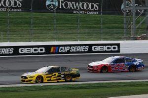 Брэд Кеселовски, Team Penske, Ford Mustang и Джоуи Логано, Team Penske, Ford Mustang