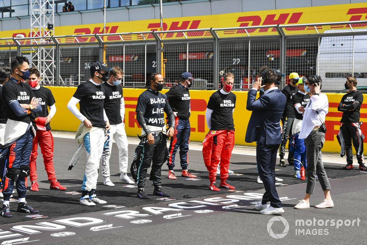 Lewis Hamilton, Mercedes-AMG F1 y los otros pilotos se arrodillan para mostrar su apoyo a la campaña para el fin del racismo