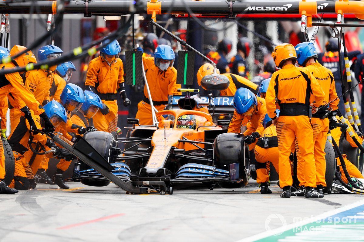 Lando Norris, McLaren MCL35, effettua un pit stop