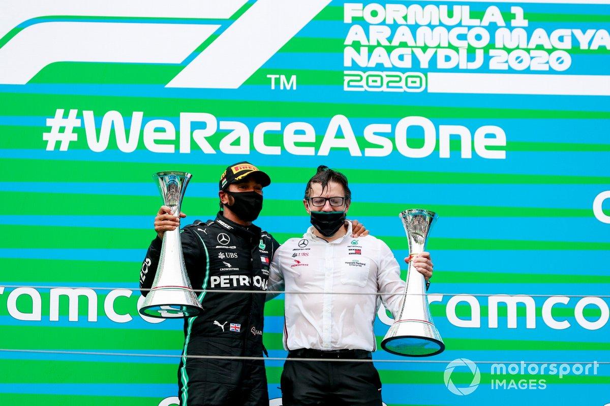 Il vincitore della gara Lewis Hamilton, Mercedes-AMG Petronas F1 e Peter Bonnington, Ingegnere di gara, Mercedes AMG festeggiano sul podio