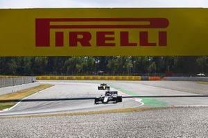 Daniil Kvyat, AlphaTauri AT01, leads Daniel Ricciardo, Renault F1 Team R.S.20