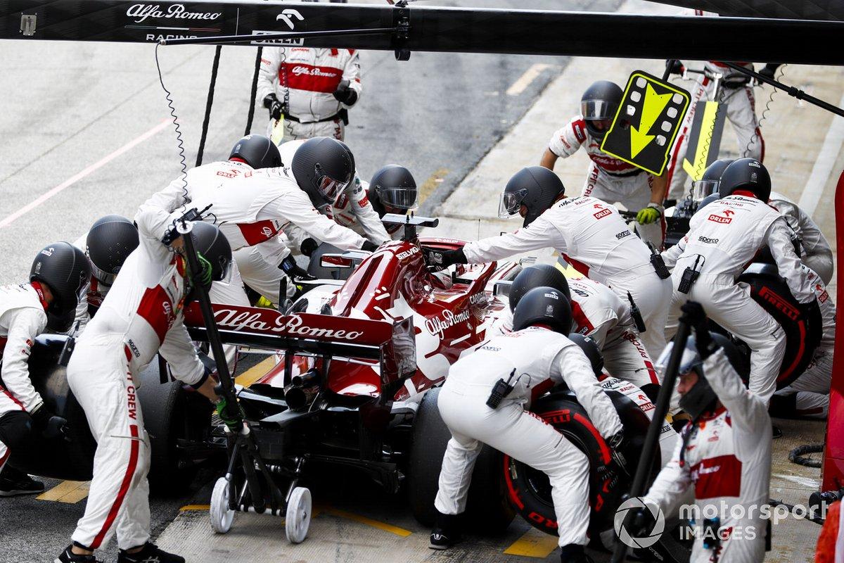Kimi Raikkonen, Alfa Romeo Racing C39, ai box