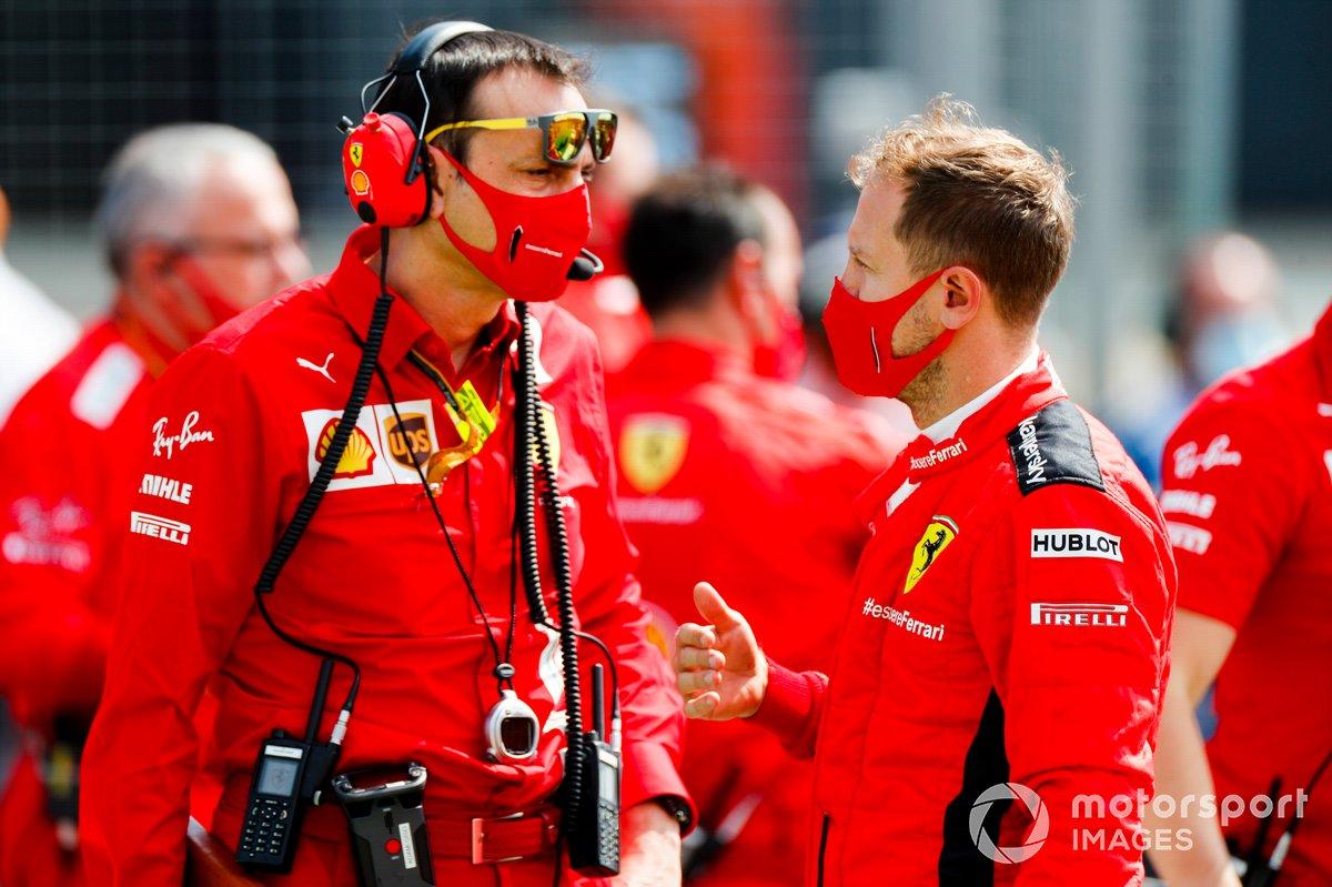 Sebastian Vettel, Ferrari, parla con i suoi ingegneri