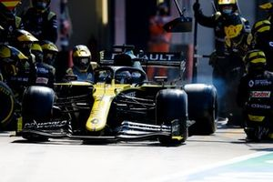 Daniel Ricciardo, Renault F1 Team R.S.20, leaves his pit box after a stop