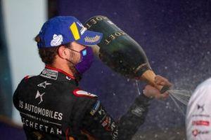 Le vainqueur Jean-Eric Vergne, DS Techeetah, avec le Champagne