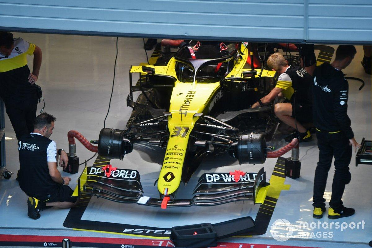 Mecánicos trabajan en el coche de Esteban Ocon Renault F1 Team R.S.20