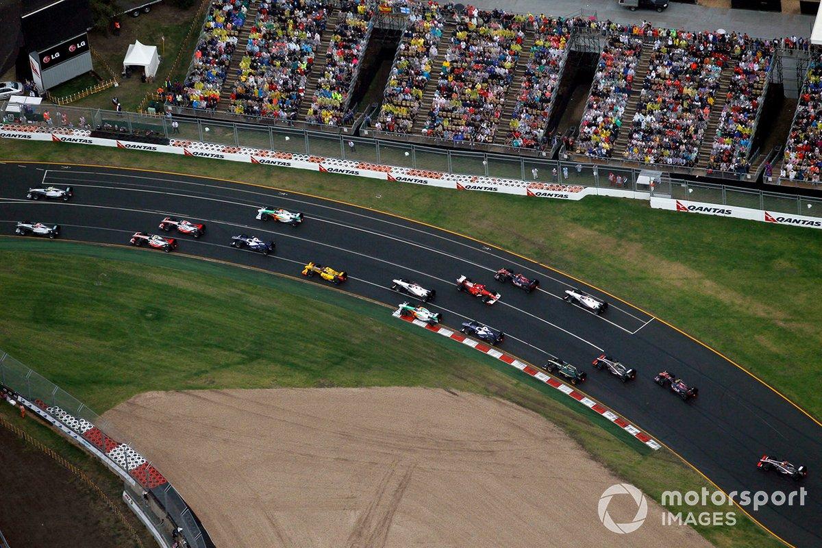 Fernando Alonso, Ferrari F10, gira después de contactar con Jenson Button, McLaren MP4-25 Mercedes