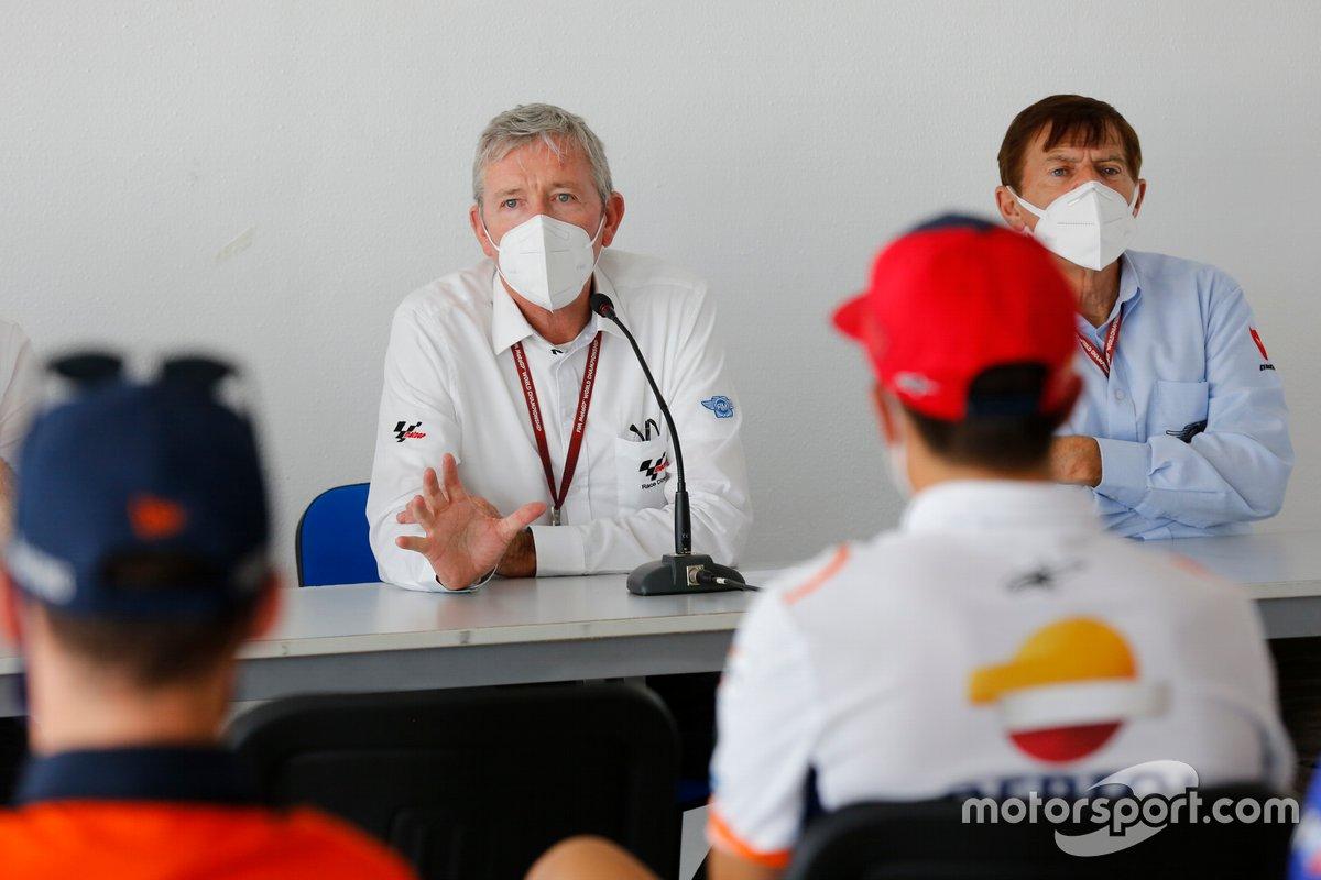 El director de carrera Mike Webb con comisarios FIM MotoGP y representantes