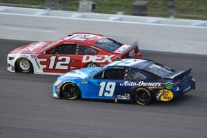 Martin Truex Jr., Joe Gibbs Racing, Auto Owner's Insurance Toyota Camry, Ryan Blaney, Team Penske, DEX Imaging Ford Mustang
