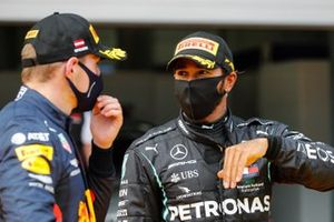 Lewis Hamilton, Mercedes-AMG Petronas F1 y Max Verstappen, Red Bull Racing