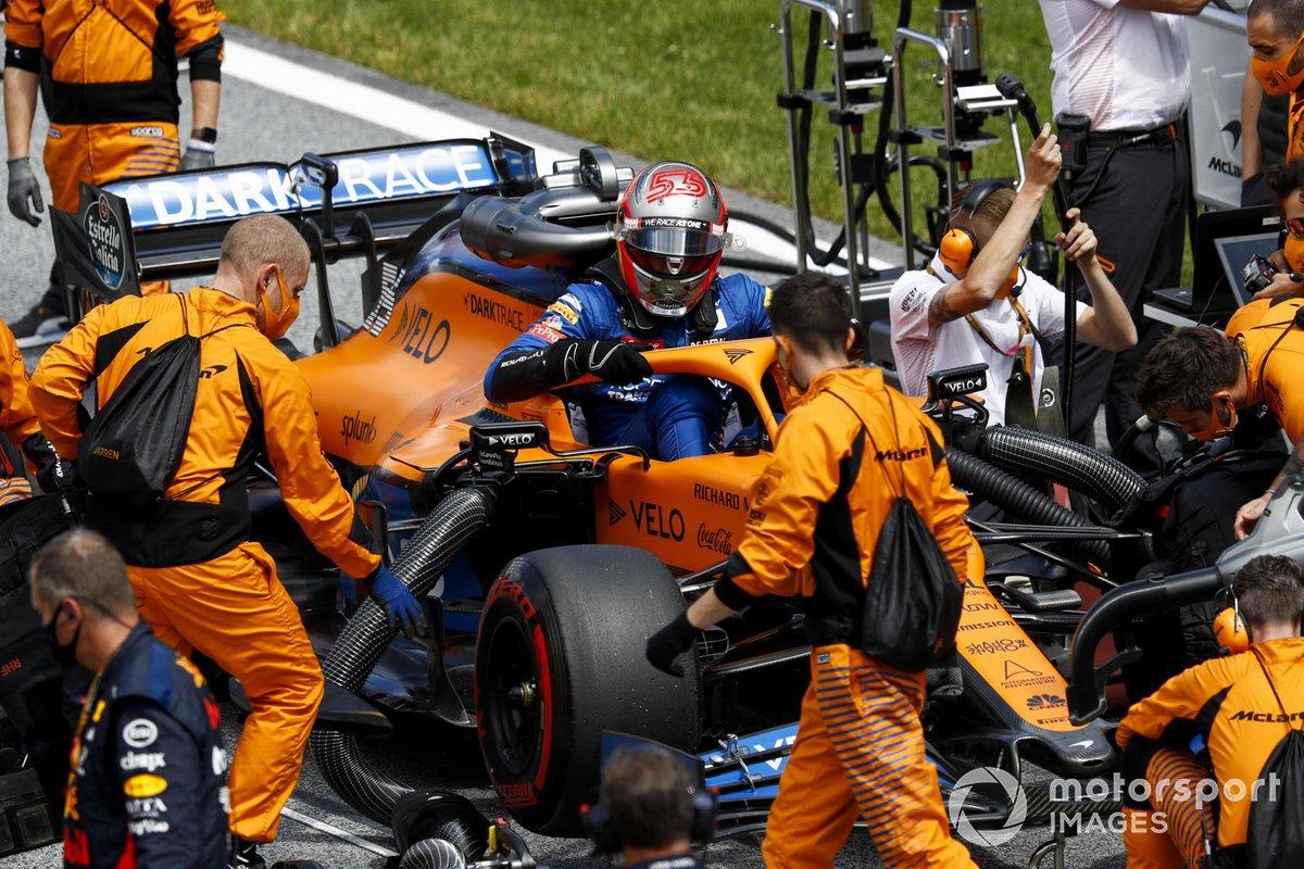 Carlos Sainz Jr., McLaren, arrives on the grid