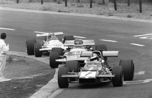 Piers Courage, De Tomaso 308 Ford, Henri Pescarolo, Matra MS120 y Rolf Stommelen, Brabham BT33 Ford
