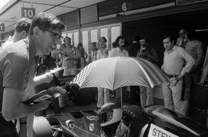 Ken Tyrrell avec Jackie Stewart dans la voie des stands