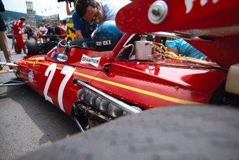 Jacky Ickx, Ferrari 312B hablando con Mauro Forghieri en la parrilla