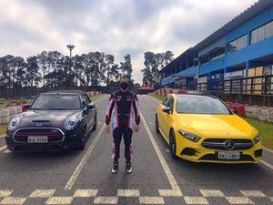 Leo Lamelas participa de reportagem com carros no Kartódromo Granja Viana