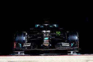 La Mercedes di Lewis Hamilton, Mercedes F1 W11 con il simbolo di un ferro di cavallo sul muso, in tributo a Sir Stirling Moss