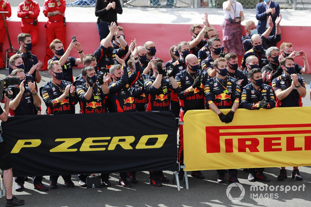Il team Red Bull festeggia Max Verstappen, Red Bull Racing