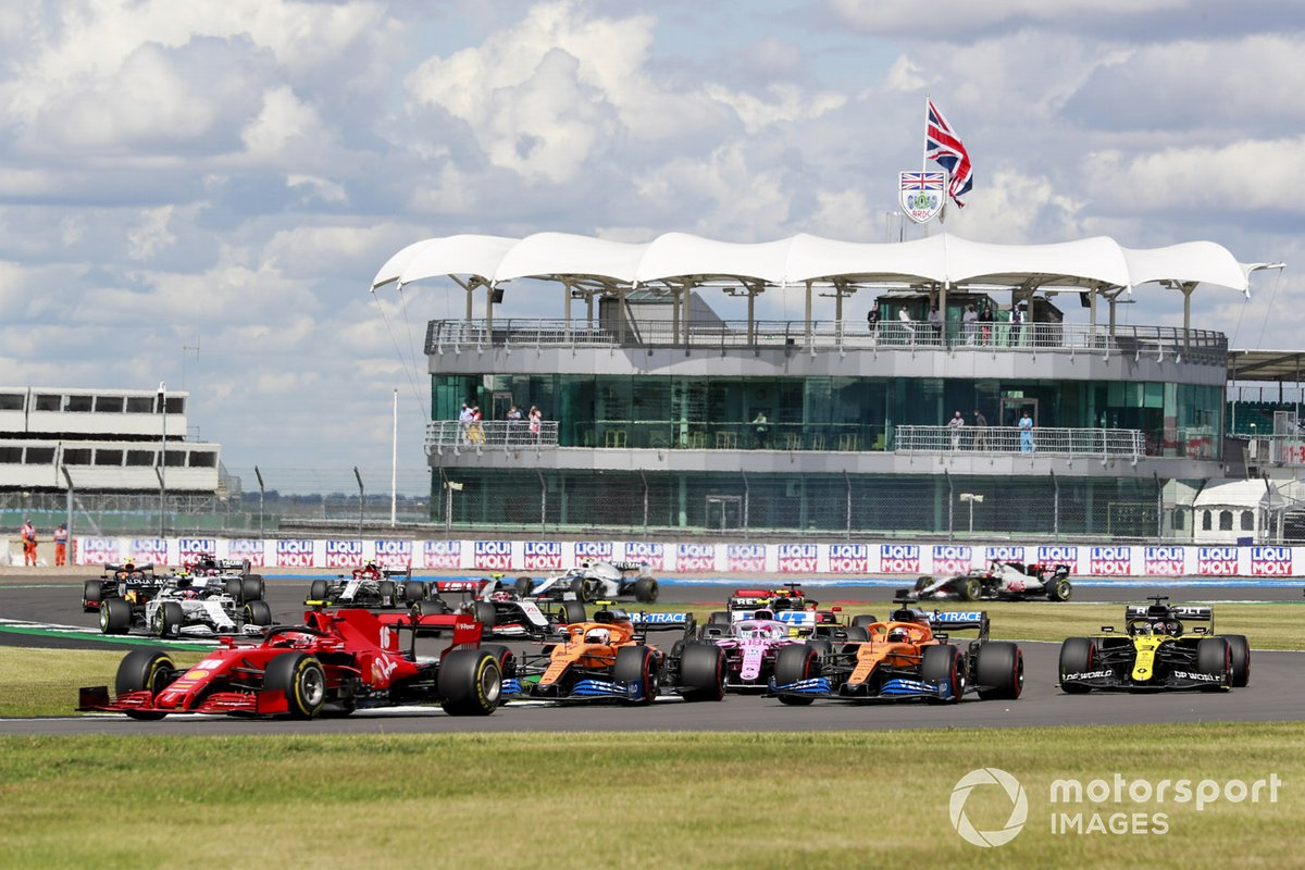 Charles Leclerc, Ferrari SF1000, Lando Norris, McLaren MCL35 e Carlos Sainz Jr., McLaren MCL35 alla partenza della gara
