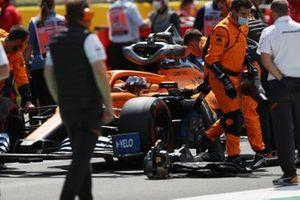 Карлос Сайнс-младший, McLaren MCL35, на стартовой решетке вместе с механиками