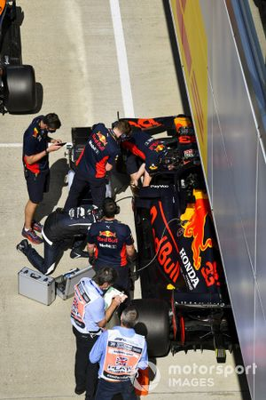 Mechanics with the car of Max Verstappen, Red Bull Racing RB16, in Parc Ferme after Qualifying