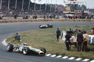 Jim Clark, Lotus 49 Ford devance Jack Brabham, Brabham BT19 Repco