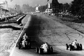 Giuseppe Farina, Ferrari 500 leads Alberto Ascari, Ferrari 500, Juan Manuel Fangio Maserati A6GCM y Onofre Marimon, Maserati A6GCM